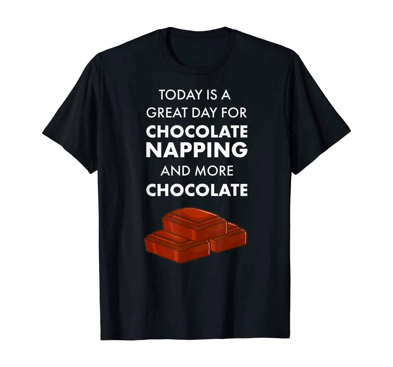 Schokolade, Schoko, Süßes, Vollmilchschokolade, weiße Schokolade, Schokofan, Schoko Fan, Schokopralinen, Schokoladenkuchen, T-Shirt, T-Shirt Design, T-Shirt Motiv, T-Shirt Designer, Geschenk, Geschenkidee