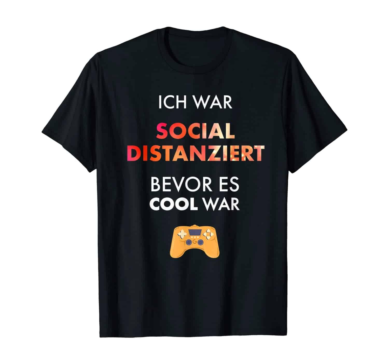 Sozial distanziert, witziger Spruch, Slogan, Sprüche T-Shirt, T-Shirt Design, T-Shirt Motiv, T-Shirt Designer, T-Shirt Motiv, Geschenk, Geschenkidee, Gamer, Nerd, Gamergirl, Gamer Boy, Zocker, zocken