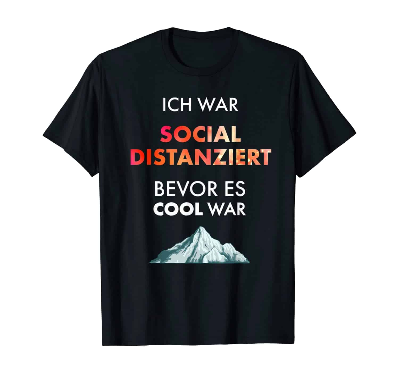 Sozial distanziert, witziger Spruch, Slogan, Sprüche T-Shirt, T-Shirt Design, T-Shirt Motiv, T-Shirt Designer, T-Shirt Motiv, Geschenk, Geschenkidee, introvertiert, Bergsteiger, Wandern, Wanderer, bergsteigen